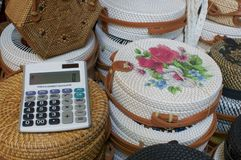 Sluit omhoog beeld van een calculator met rotanzakken op de achtergrond in Ubud Art Market, Bali royalty-vrije stock foto