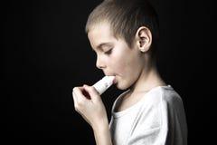 Sluit omhoog beeld van een leuke kleine jongen gebruikend inhaleertoestel voor astma royalty-vrije stock foto's