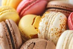 Sluit omhoog beeld van gekleurde pastelkleur macarons royalty-vrije stock afbeelding