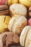 Sluit omhoog beeld van gekleurde pastelkleur macarons stock foto