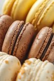 Sluit omhoog beeld van gekleurde pastelkleur macarons stock foto's
