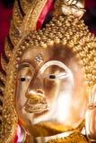 Sluit omhoog beeld van gouden sculture van Boedha Stock Foto's