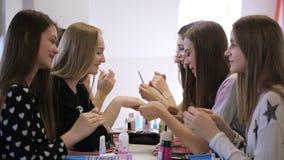 Sluit omhoog beeld van jonge wijfjes die in modelschool voorbereidingen treffen stock footage