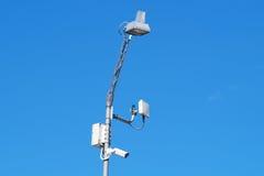 Sluit omhoog beeld van kabeltelevisie-veiligheidscamera vast op een pool metaal Stock Fotografie