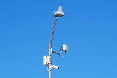 Sluit omhoog beeld van kabeltelevisie-veiligheidscamera vast op een pool metaal Royalty-vrije Stock Afbeelding