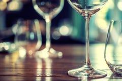Sluit omhoog beeld van lege glazen in restaurant Stock Foto's