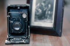 Sluit omhoog beeld van oude uitstekende fotocamera met beeld op vage achtergrond, selectieve nadruk stock fotografie