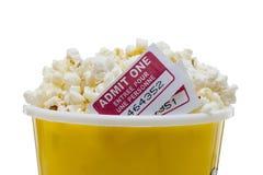 Sluit omhoog beeld van popcorn met bioskoopkaartje Stock Afbeelding