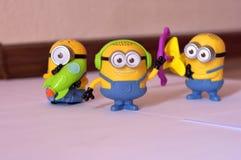 Sluit omhoog beeld van speelgoed van kinderen het zachte minion stock afbeelding