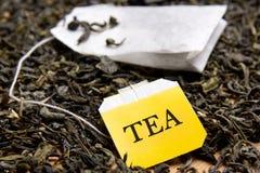 Sluit omhoog beeld van theezakje en droge theebladen Royalty-vrije Stock Afbeelding
