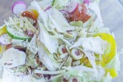 Sluit omhoog beeld van verse, kleurrijke kaas en plantaardige salade royalty-vrije stock afbeeldingen