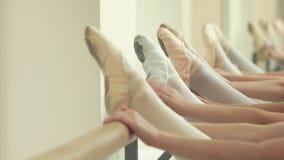 Sluit omhoog benen van ballerina's bij staaf stock footage