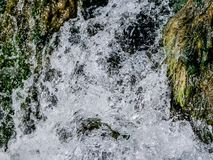 Sluit omhoog bergwaterval met schoon zoet water royalty-vrije stock foto