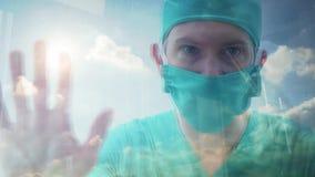 Sluit omhoog bezinning van een arts die uit een venster kijken stock videobeelden