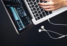 Sluit omhoog bij handvrouw het werken met laptop in bureau Royalty-vrije Stock Fotografie