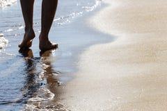 Sluit omhoog bij het bewegen van voeten van een mens die op het strand in de middag in Koh Mak in Trat, Thailand lopen stock fotografie