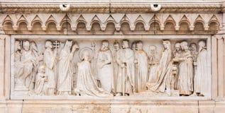 Sluit omhoog bij het snijden kunst onderaan het standbeeld van Koningssaint stephen royalty-vrije stock foto