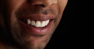 Sluit omhoog bij het zwarte mens glimlachen royalty-vrije stock afbeeldingen