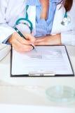 Sluit omhoog bij medische arts het werken met document Stock Foto