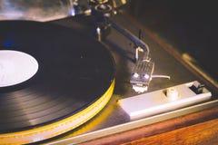 Sluit omhoog bij uitstekende grammofoon speel oud lied, Uitstekende platenspeler met vinylschijf Stock Afbeelding