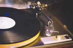 Sluit omhoog bij uitstekende grammofoon speel oud lied, Uitstekende platenspeler met vinylschijf Royalty-vrije Stock Foto