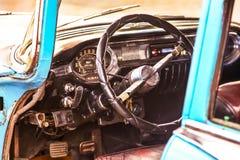 Sluit omhoog binnenland van een klassieke uitstekende Amerikaanse auto - stuurwielklok, dashboard, snelheidsmeter royalty-vrije stock fotografie