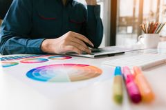 Sluit omhoog binnenlandse ontwerp en vernieuwing werkend met kleurensteekproeven voor selectie royalty-vrije stock foto's