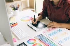 Sluit omhoog binnenlandse ontwerp en vernieuwing werkend met kleurensteekproeven voor selectie royalty-vrije stock fotografie