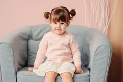 Sluit omhoog binnenportret van leuke gelukkige 2 van het oude babyjaar meisje Royalty-vrije Stock Afbeelding