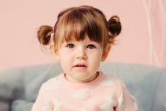 Sluit omhoog binnenportret van leuke gelukkige 2 van het oude babyjaar meisje Royalty-vrije Stock Foto
