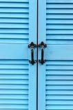 Sluit omhoog Blauwe Deuren Met latjes met Zwarte Ijzerhandvatten - verticaal Royalty-vrije Stock Fotografie