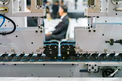 Sluit omhoog blauwe het wieleenheid van het riemenvoer van geavanceerd technisch en automatische modern van machine voor document royalty-vrije stock foto's
