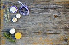 Sluit omhoog, bovenkant die van de geassorteerde organische, met de hand gemaakte, botanische zepen van de bloemvorm met lavendel stock afbeelding