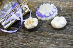 Sluit omhoog, bovenkant van de geassorteerde organische, met de hand gemaakte, botanische zepen van de bloemvorm met lavendel, pu stock foto