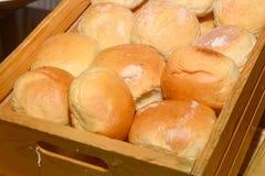 Sluit omhoog broodjes in vorm op houten doos Stock Foto's