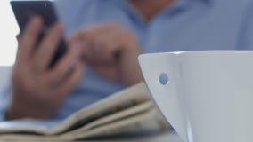 Sluit omhoog Businessperson Hands Texting Using een Draadloze Verbinding van Cellphone stock videobeelden