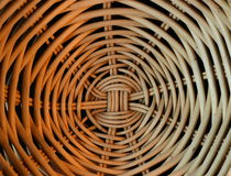 Sluit omhoog Cane Basket met Spiraalvormig Patroon Stock Foto