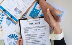 Sluit omhoog Commerciële teamhanddruk na vergadering stock afbeeldingen