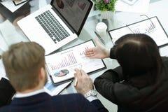 Sluit omhoog commercieel team die financiële programma's analyseren Achter mening stock foto