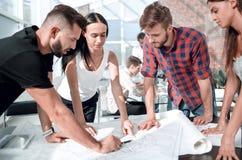 Sluit omhoog commercieel team die het ontwerp van een architecturaal project bespreken royalty-vrije stock fotografie