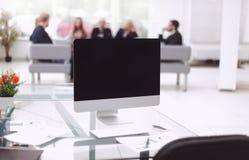 Sluit omhoog computermonitor met het zwart leeg scherm op de Desktop stock foto's
