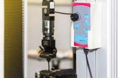 Sluit omhoog controlebord of ver voor geavanceerd technisch en nauwkeurigheid van automatische treksterkte het testen machine met stock fotografie