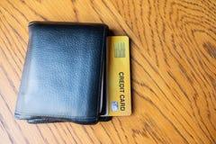 Sluit omhoog creditcard en portefeuille voor het winkelen zaken, levensstijl, technologie, elektronische handel en online betalin royalty-vrije stock afbeelding