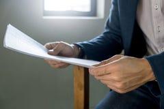 Sluit omhoog de bedrijfsmens met rapportanalyse, selectieve nadruk royalty-vrije stock foto