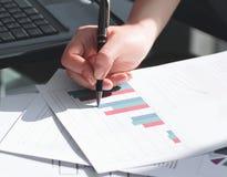Sluit omhoog de bedrijfsvrouw controleert financieel programma stock foto
