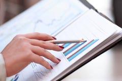 Sluit omhoog de bedrijfsvrouw controleert het financiële programma stock fotografie