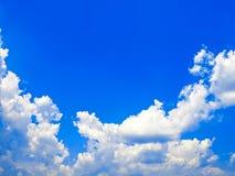 Sluit omhoog de blauwe textuur van hemelwolken Stock Foto