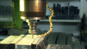Sluit omhoog de boor van de boringsmachine met gaten in metaalplaat bij fabriek stock footage