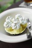 Sluit omhoog de cake en de room van de banaanchocolade Royalty-vrije Stock Foto's