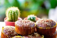 Sluit omhoog de cakes van de Banaankop eigengemaakt op plaat op de lijst in het yummy tuinhuis, yummy, stock afbeeldingen
